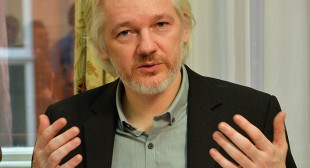 Assange sneaks into US conference… as full-body 3D hologram! (VIDEO)