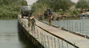 Russian military defies constant shelling to build bridge across Euphrates in Syria (VIDEO)