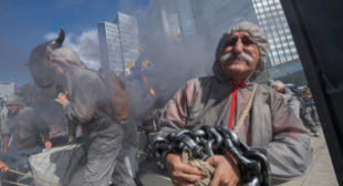 'Toxic' banks treated with soap & smoke on anniversary of Lehman's collapse [VIDEO]