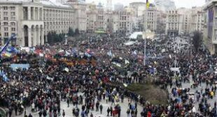 """Revolution!""Thousands pour in for pro-EU rally in Ukraine, storm govt buildings"