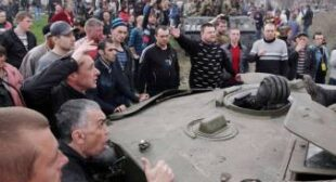 Anti-govt protesters seize Ukrainian APCs, army units 'switch sides' (VIDEO)