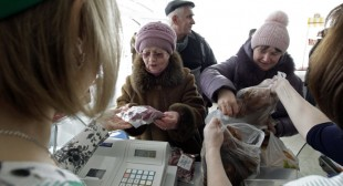 Kiev introduces rationing, as falling hryvnia causes shopping binge