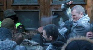 Police clash with Saakashvili supporters who call for Poroshenko impeachment, storm Kiev center